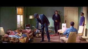 Aquí, Tarantino emplea otra de sus estrategias preferidas: escamotear el clímax de la secuencia y reservarlo para más adelante. Pero eso sería tema para otra entrada.