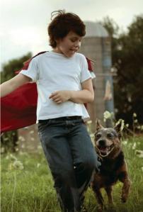 Bonita escena. Aunque absurda. ¿A qué estaba jugando Clark? ¿A Superman antes de ser Superman? Porque el traje con la capa se lo encasquetó su papi, no lo pidió él.