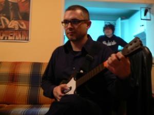 El momento de mi fracaso. A punto de jugar por primera vez al Guitar Hero con Pepón Fuentes al fondo. Allá por 2006.